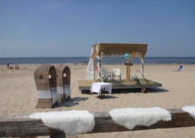 Een feestje vieren op het strand